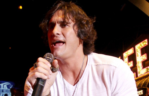 Joe Nichols Performs 7th Inning Stretch